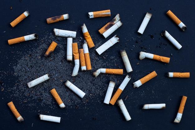 Botões de cigarros com cinzeiro.