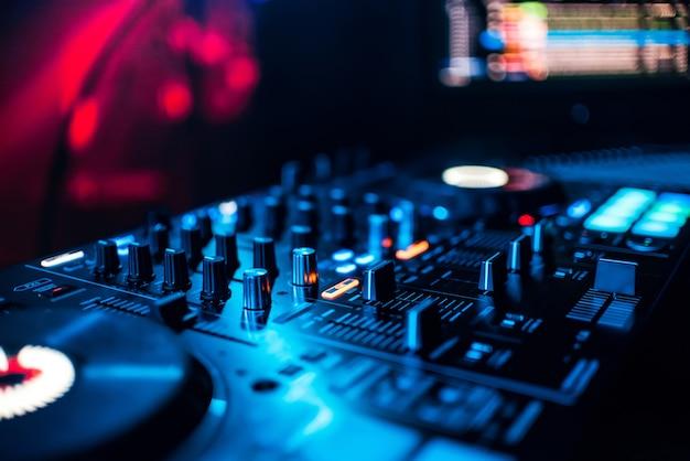 Botões de controlo e mistura de música em equipamento profissional para misturar dj