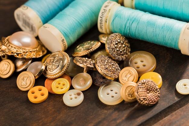 Botões de costura com carretel de linha