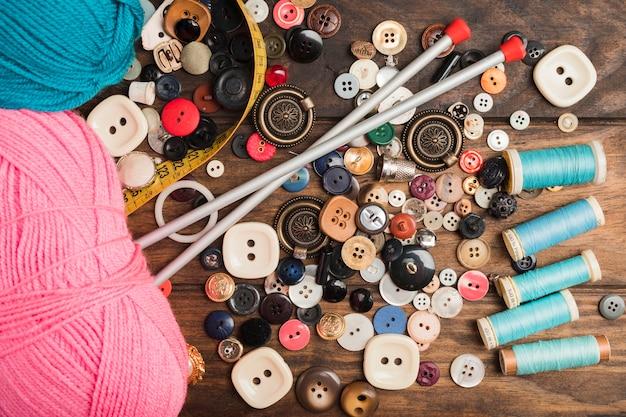 Botões de costura com lã e agulhas