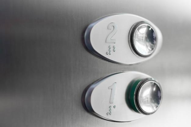 Botões de elevador com números braille