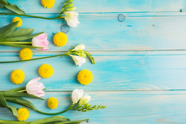 Botões de flores amarelas frescas e flores em hastes verdes