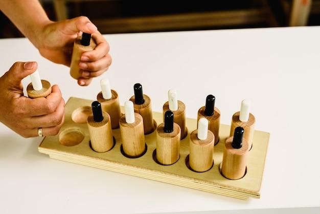 Botões de madeira em uma sala de aula montessori pulsada pelo professor