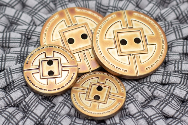 Botões de metal são sobre um fundo cinza. fundo retrô. ateliê e conceito de costura. fechar-se