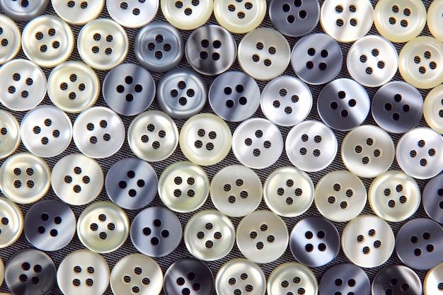 Botões de plástico brilhantes para roupas em um tecido