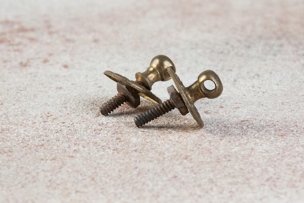 Botões de puxar gaveta de latão vintage na mesa de concreto.