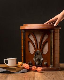 Botões de rádio retrô luxuosos para close-up com uma xícara de café