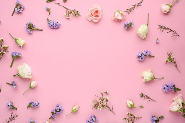 Botões de rosa, eustoma, inflorescências de capim-limão em rosa