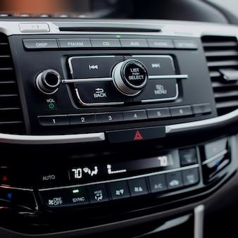 Botões multimídia em controles de áudio de navegação automotiva moderna