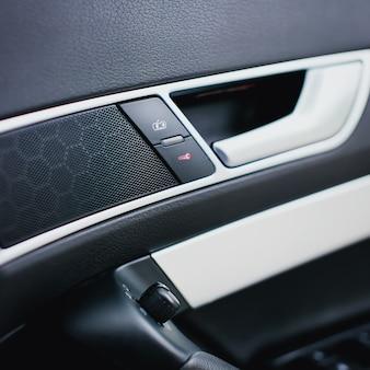 Botões na porta do carro fecham