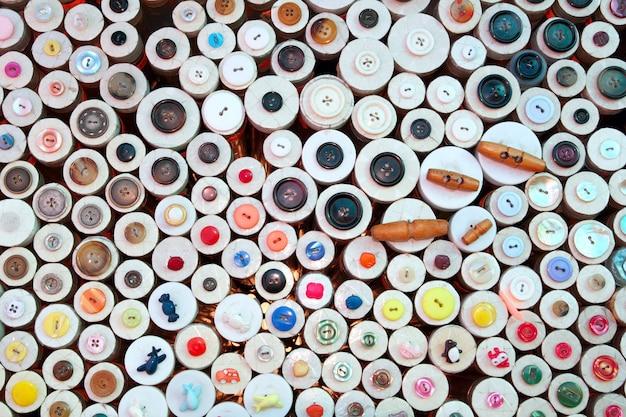Botões no padrão colorido de loja de varejo de armarinho