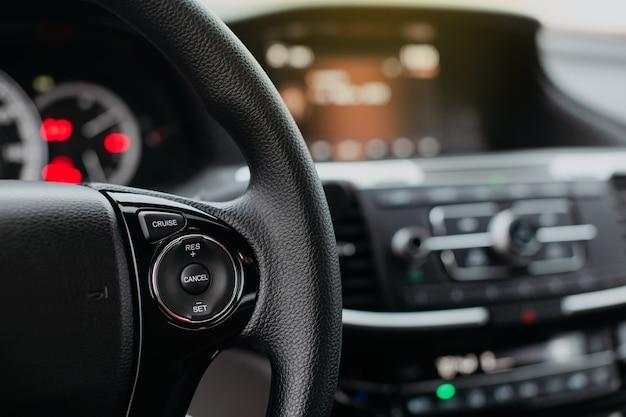 Botões no volante de perto