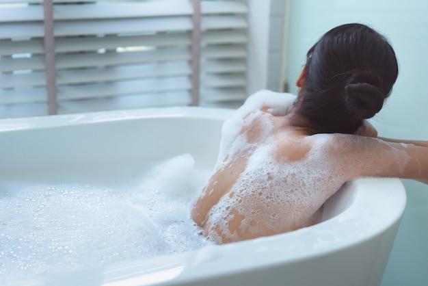 Bottoms feminino ela está tomando um banho feliz