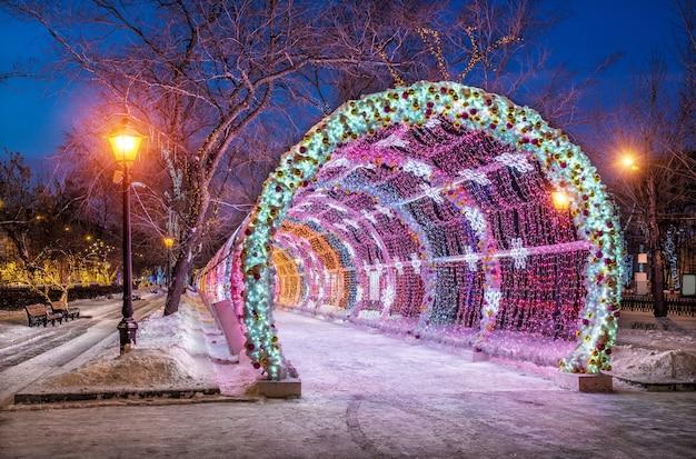 Boulevard tverskoy de ano novo e túnel de luz no início da manhã de inverno