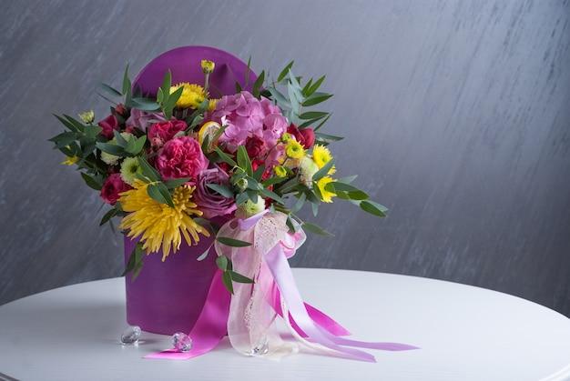 Bouqet de flores na caixa. não tonificado com cor natural. flores coloridas