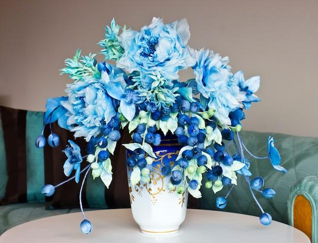 Bouquet com grandes flores azuis e botões fechados. flores artificiais em um vaso para o interior