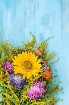 Bouquet de flores brilhantes de outono com vista superior da flor amarela de girassol