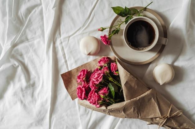 Bouquet de flores da primavera e uma xícara de café em linho