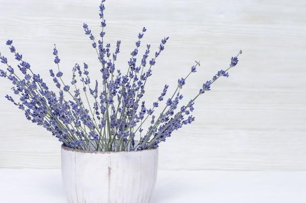 Bouquet de lavanda seca em vaso de cerâmica