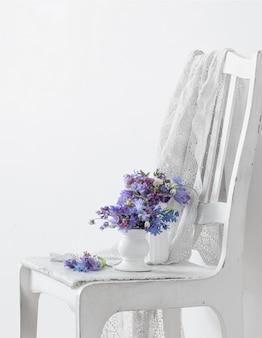 Bouquet de lindas flores violetas da primavera na superfície branca