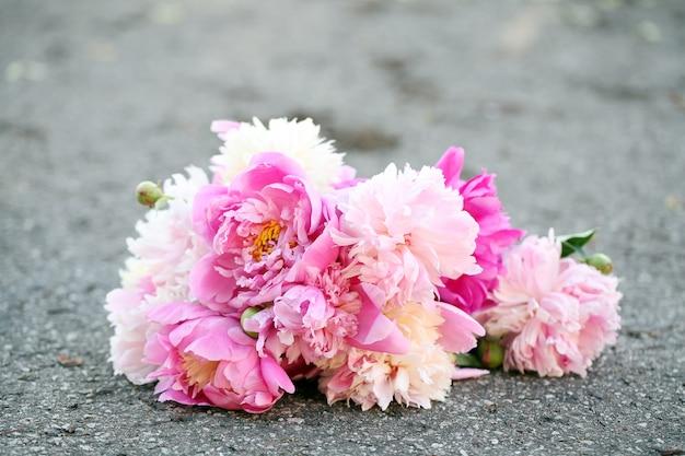 Bouquet de lindas peônias em uma estrada
