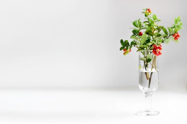 Bouquet de mirtilo com frutas vermelhas em copo branco
