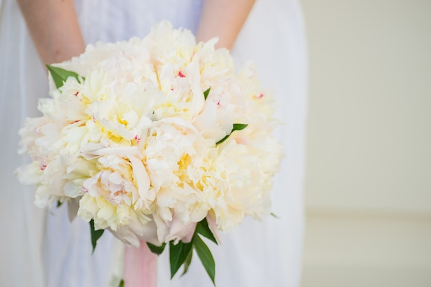Bouquet de noiva com peônias brancas