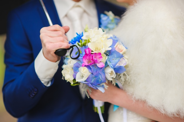 Bouquet de noiva de flores brancas, azuis e vermelhas