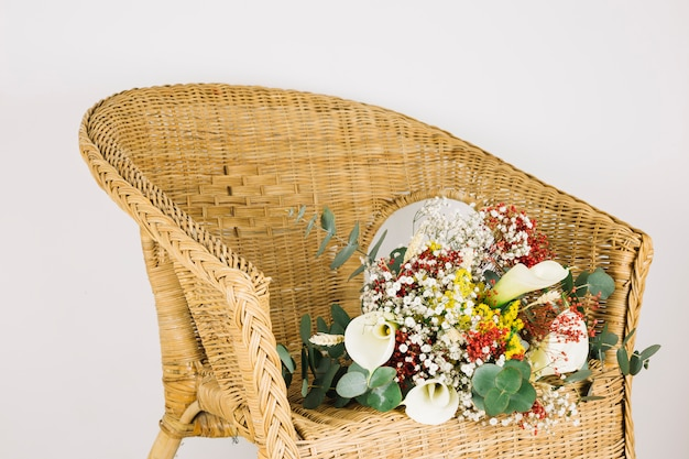 Bouquet de noiva de flores em uma poltrona