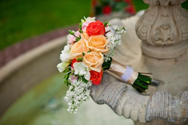Bouquet de noiva de luxo e colorido no antigo fontain
