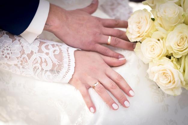 Bouquet de noiva de rosas brancas nas mãos. para qualquer propósito.