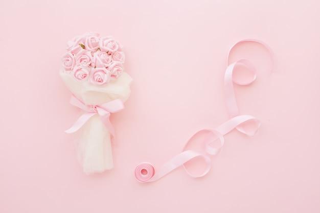 Bouquet de noiva de rosas e fita rosa