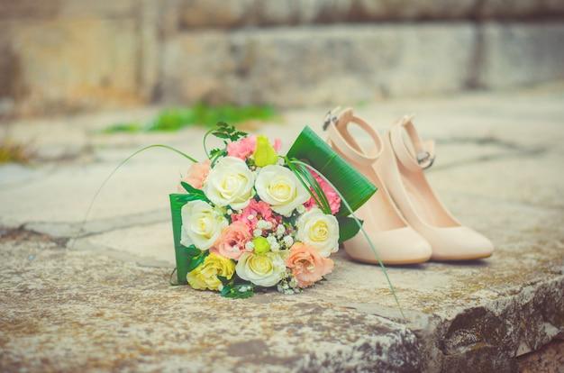 Bouquet de noiva e sapatos, decoração de casamento bonito