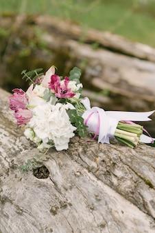 Bouquet de noiva rosa branco delicado, rodeado pela natureza