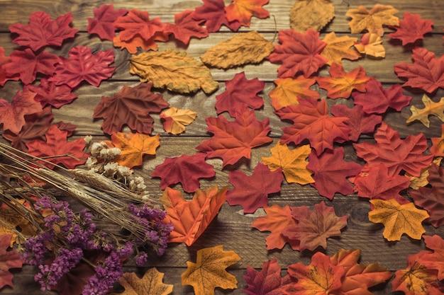 Bouquet de outono deitado em folhas