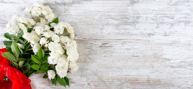 Bouquet de rosas brancas com uma fita vermelha