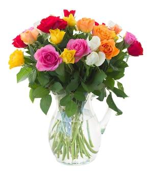 Bouquet de rosas frescas cor de rosa, amarelas, laranja, vermelhas e brancas isoladas no branco