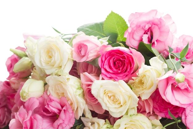 Bouquet de rosas frescas cor de rosa e brancas e flores eustoma fecham-se isoladas