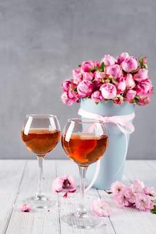 Bouquet e taças de vinho