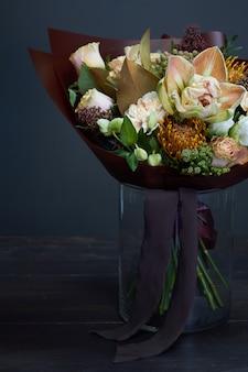 Bouquet em tons pastel em estilo vintage no escuro