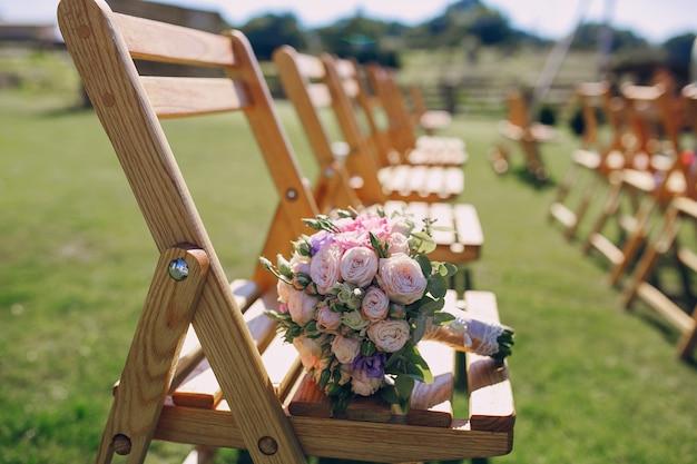 Bouquet em uma cadeira