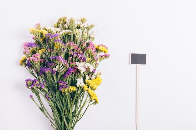 Bouquet exuberante de flores brilhantes