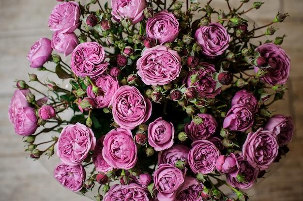 Bouquet muito bonito e elegante de flores roxas