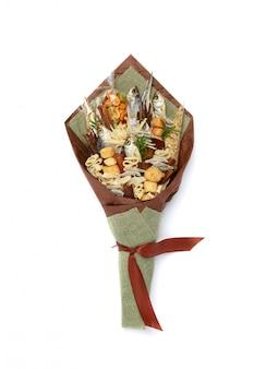 Bouquet original composto por peixe salgado seco, amendoins salgados, biscoitos, pão seco e outros petiscos de cerveja isolados no branco. vista do topo