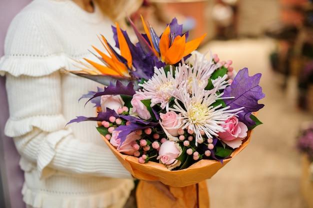 Bouquet vívido e macio de lindas flores
