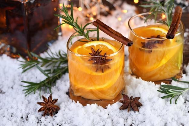 Bourbon coquetel negroni com canela com suco de laranja e anis estrelado
