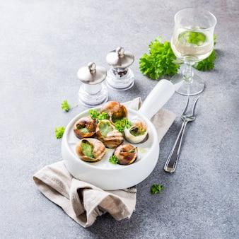 Bourgogne escargot caracóis com manteiga de ervas de alho em panela branca
