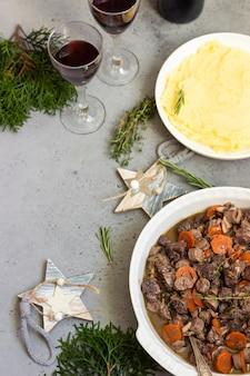 Bourguignon de carne ou ensopado de carne com legumes e ervas.