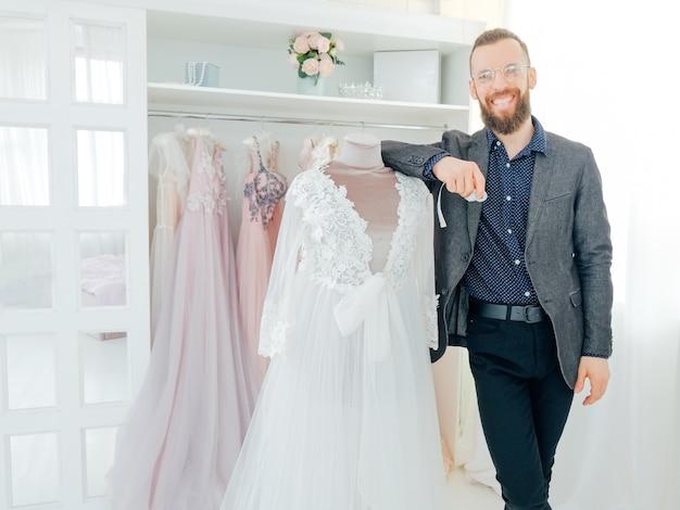 Boutique de moda online. assistente pessoal e fotógrafo trabalhando no site da loja.