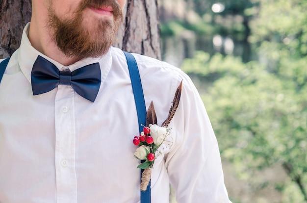 Boutonniere de casamento e gravata borboleta